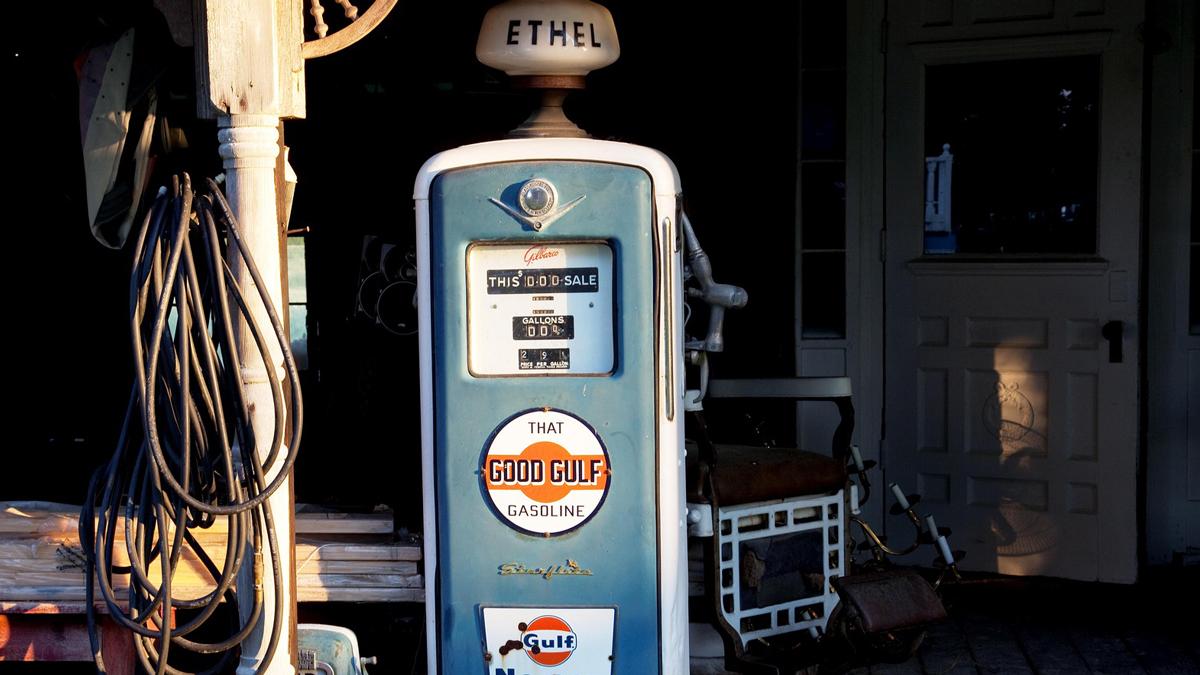 Eine alte Zapfsäule, die Treibstoff und Conversion symbolisiert