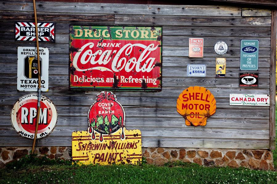 Werbeschilder auf einer Holzwand symbolisiert Affiliate Marketing