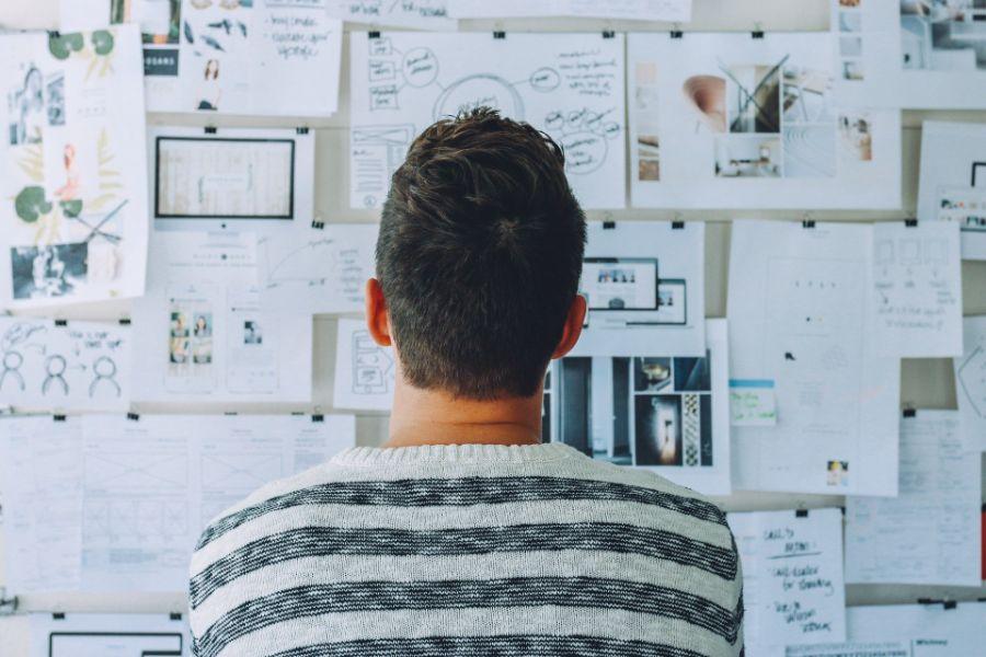 Mann vor Whiteboard mit Ideen
