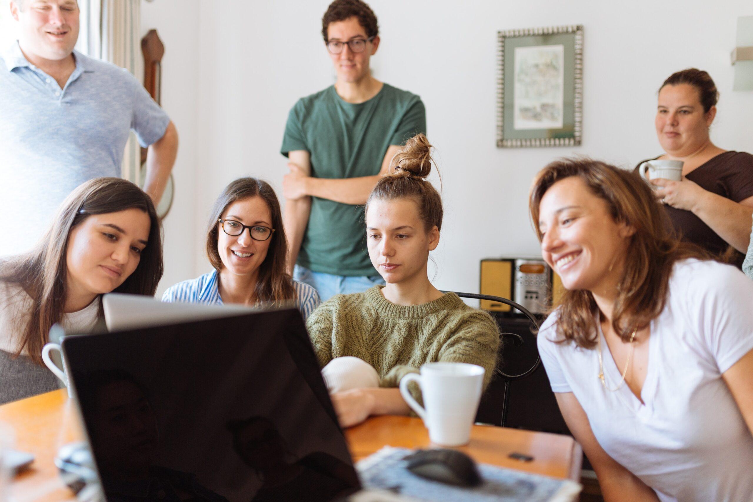Menschen schauen auf Laptop