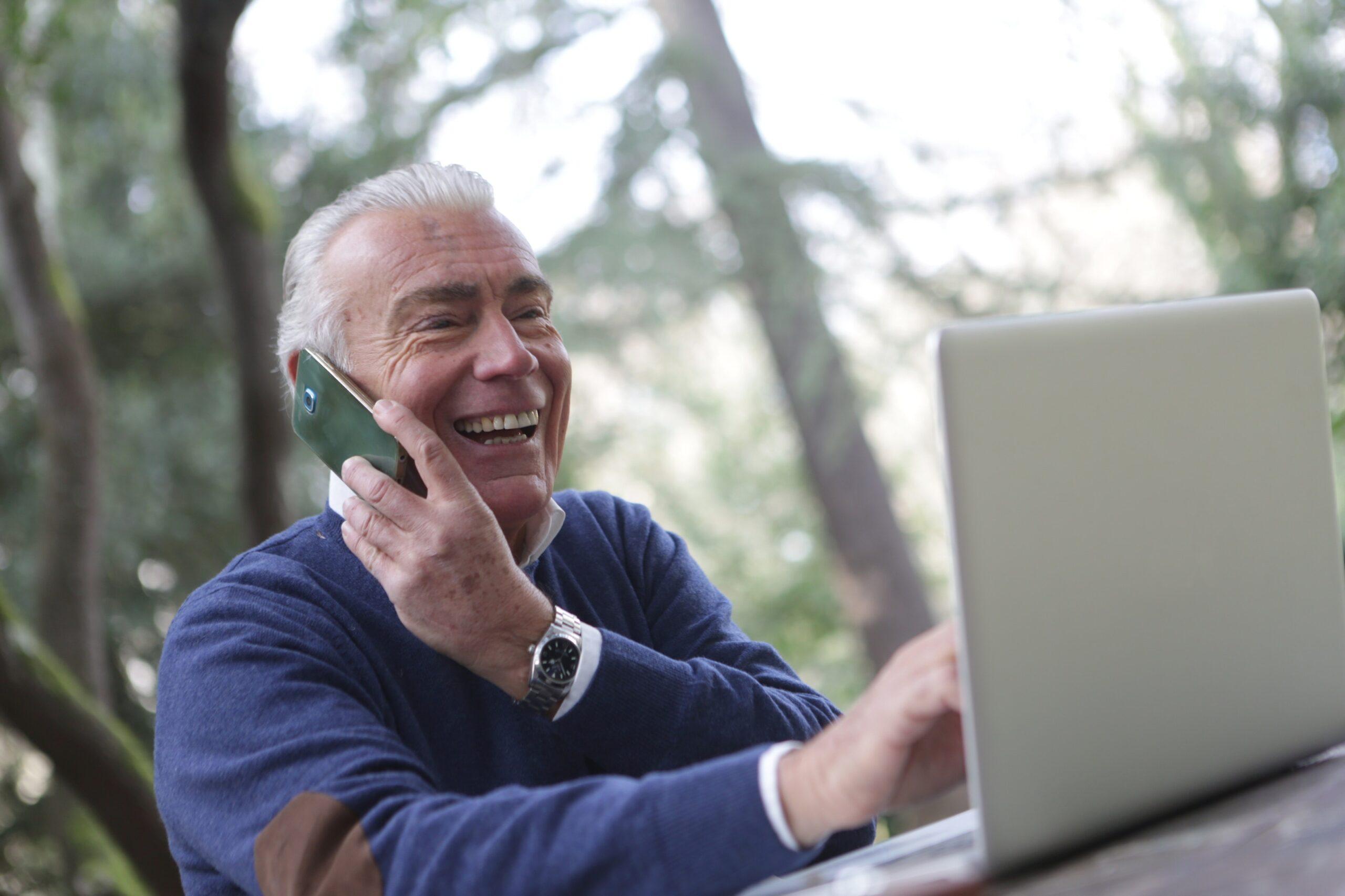 Mann freut sich vorm Laptop